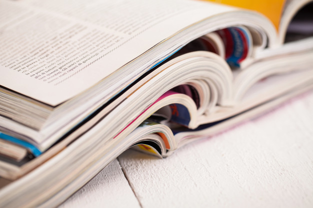 CC By Racool_studio-pile-magazines-colores-table_144627-3751